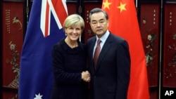 17일 중국 베이징을 방문한 줄리 비숍 호주 외무장관(왼쪽)이 왕이 중국 외교부장과 회담을 가졌다.