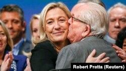 Marine Le Pen, geçen Kasım ayında Lyon'da yapılan parti kongresi'nde babası Jean-Marie Le Pen'e sarılırken