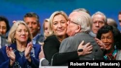 Marine Le Pen (tengah), pemimpin Partai Nasional Perancis (FN) bersama ayahnya, Jean-Marie Le Pen (kanan) di Lyon, 30 November 2014 (REUTERS/Robert Pratta).