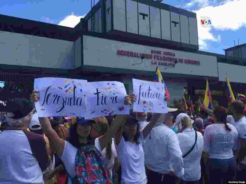 Venezolanos se unen en Caracas, en protestas a favor de la ayuda humanitaria que comenzó a entara a Venezuela el sábado.