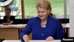 دالیا گریبوسکایته، رییس جمهوری لیتوانی در حال رای دادن - ۴ خرداد ۱۳۹۳