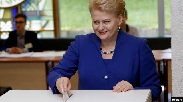 Lithuania's President Dalia Grybauskaite casts her vote during European Parliament and Lithuania's presidential elections in Vilnius, May 25, 2014.
