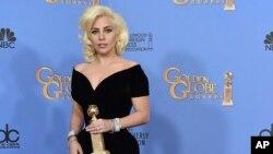 """Lady Gaga está encaminada a ganar dos Globo de Oro el domingo 6 de enero del 2019 en la 76ta entrega anual de estos galardones. En la foto, Gaga, tras ganar el Globo de Oro 2016 a la mejor actriz en una serie limitada o película de TV por """"American Horror Story:Hotel""""."""