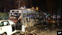 Kendaraan nampak hancur terkena ledakan bom di Ankara, Turki (13/3).
