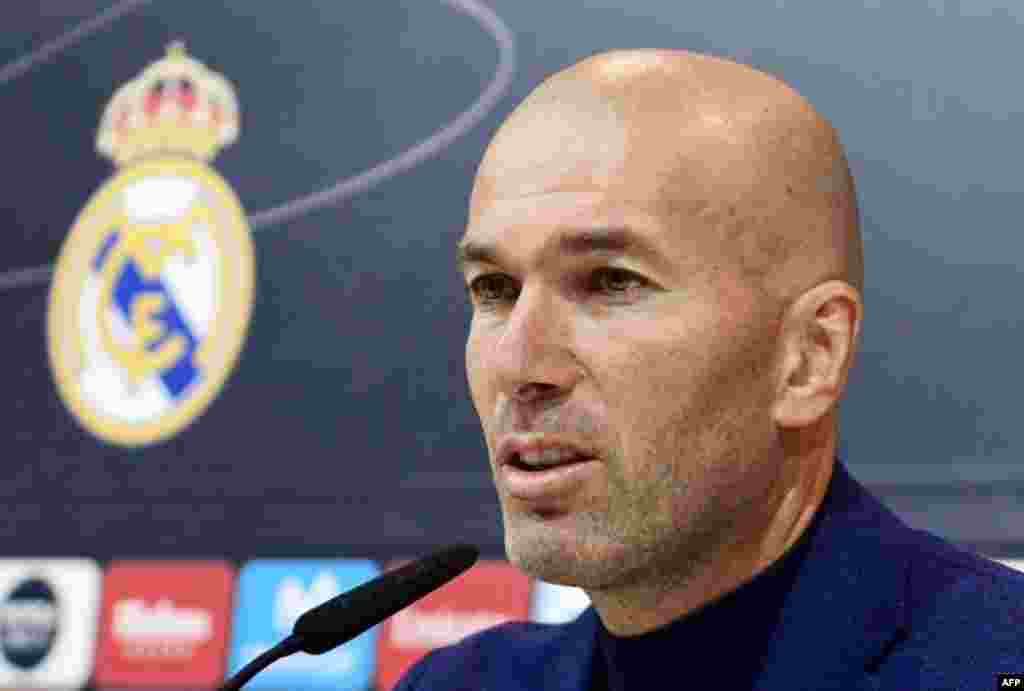کمتر از یک هفته بعد از قهرمانی رئال مادرید در لیگ قهرمانان اروپا، زین الدین زیدان اعلام کرد از سرمربیگری این تیم کنار می رود. گفته شده او شاید سرمربی فرانسه شود.
