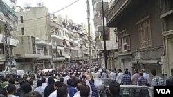 Para warga Homs, Senin (18/4) menghadiri pemakaman para demonstran yang tewas akibat bentrokan sehari sebelumnya.