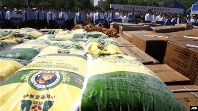 Thực phẩm giả bị nhà chức trách Trung Quốc phát hiện. Tất cả đều là thực phẩm độc hại: giá đỗ độc, dầu bẩn, thịt lợn nhiễm thuốc. (ảnh tư liệu ngày 24 tháng 5, 2011).