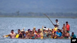 12일 미얀마의 소수민족 로힝야족 난민들이 플라스틱병으로 만든 보트를 타고 나프강을 건너 방글라데시 영토로 들어오고 있다.