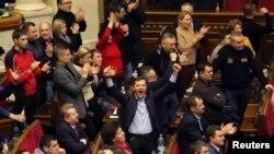 El parlamento deberá presentar a sus nuevos líderes para elegir un gobierno de unidad.