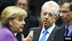 Kanselir Jerman Angela Merkel, kiri, berbicara dengan PM Italia Mario Monti, tengah, dalam KTT Uni Eropa di Brussels (9/12).