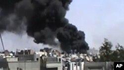 18일 계속되는 포격으로 화염이 솟는 시리아 홈스 시 (시민제보 영상)