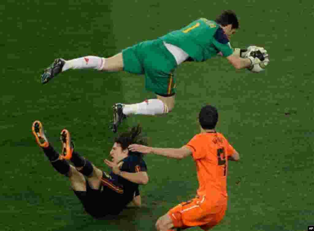 Španjolski golman Iker Casillas spašava gol u prvom poluvremenu
