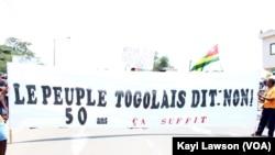 """""""Le peuple togolais dit non : 50 ans, ça suffit"""", indique une banderole lors de la marche des opposants à Lomé, Togo, 20 septembre 2017. (VOA/Kayi Lawsom)"""