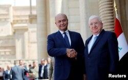 푸아드 마숨 전 이라크 대통령(오른쪽)과 새롭게 선출된 바르함 살리 현 대통령이 3일 이라크 바드다드에서 열린 취임식에서 악수하고 있다.