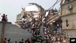 Petugas penyelamatan dan warga mencari penyintas menyusul ambruknya bangunan delapan lantai berisikan beberapa pabrik garmen di Savar, Bangladesh, Rabu (24/4). (AP/A.M. Ahad)
