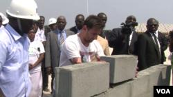 Lionel Messi pose une brique du futur stade de Port-Gentil. (VOA/Jean-Rovys Dabany)
