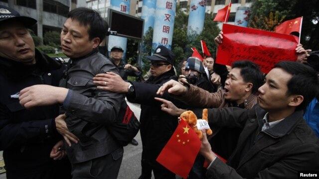 Người biểu tình đụng độ với cảnh sát trước tòa soạn của Nam Phương Tuần Báo.