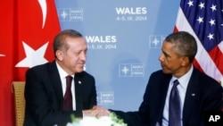 Presiden AS Barack Obama (kanan) dan Presiden Turki Recep Tayyip Erdogan saat bertemu di sela KTT NATO di Wales September tahun lalu (foto: dok).