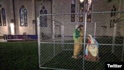 La sagrada familia en una jaula en la Christ Church Cathedral de Indianápolis. La iglesia episcopal protesta por la política de inmigración del gobierno de Donald Trump.