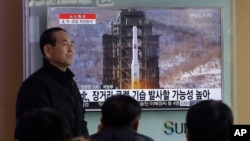 South Koreans watch a TV news program with a file footage about North Korea's rocket launch plans at Seoul Railway Station in Seoul, South Korea, Feb. 3, 2016.