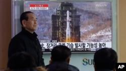 Người dân Hàn Quốc xem chương trình truyền hình về kế hoạch phóng tên lửa của Bắc Triều Tiên tại nhà ga đường sắt Seoul, Hàn Quốc, ngày 3/2/2016.