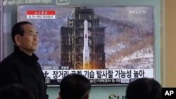 Warga Seoul, Korsel menonton TV yang menyiarkan rencana peluncuran roket Korea Utara hari Rabu (3/2).