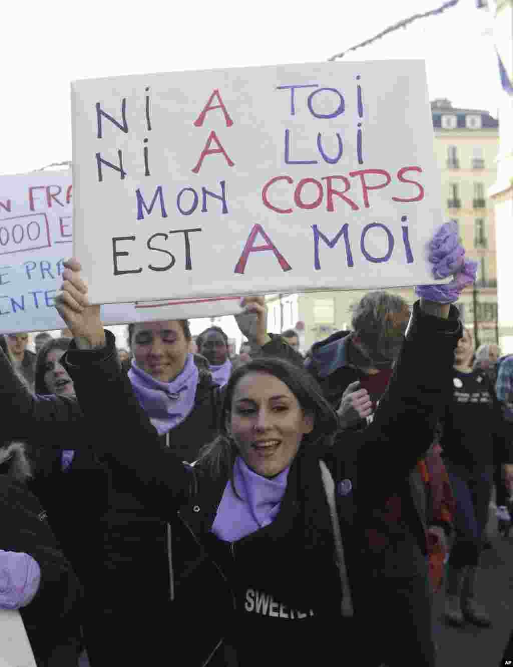 گروه هایی از زنان فمنیست در تجمع روز شنبه در پاریس با شعار «نه تو و نه آن مرد؛ بدن من به خودم تعلق دارد» در آستانه روز رفع خشونت علیه زنان تجمع کردند