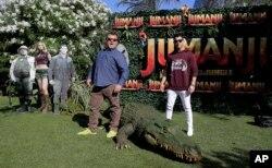 """Los actores Jack Black, izquierda, y Nick Jonas posan para la prensa en una presentación de """"Jumanji: Welcome to the jungle"""" Barcelona, España, junio 18, 2017."""