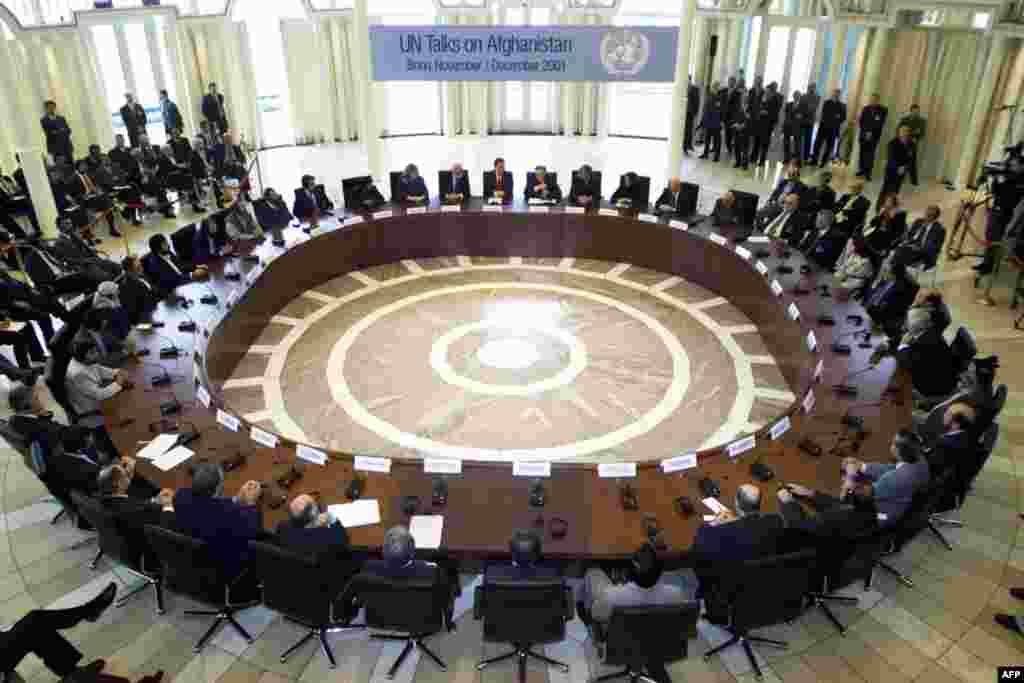 Ngày 5 tháng 12 năm 2001: Liên Hiệp Quốc bảo trợ một hội nghị tại Đức với những phe phái chính yếu của Afghanistan. Những phe này ký một thỏa ước đặt ra một lộ trình cho việc phát triển chính trị của Afghanistan sau chiến tranh. Thỏa thuận Bonn đưa ông Ha