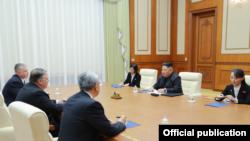 La réunion entre Kim Jong Un et le chef de la diplomatie américain, Mike Pompeo à Pyongyang, le 8 octobre 2018.