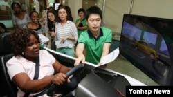 22일 운전면허 학과시험 대비반 외국인 학생들이 서울 강남운전면허시험장을 방문해 모의주행을 하고 있다.