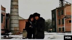 Дэн и Хиллари в Дубовязовке. Кадр из фильма
