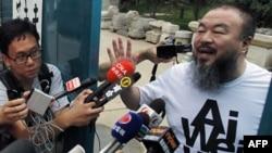 Nghệ sĩ Ngải Vị Vị nói chuyện với các nhà báo tụ tập bên ngoài nhà ông ở Bắc Kinh, 23/6/2011