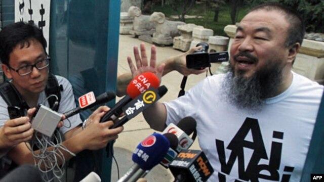 Nghệ sĩ Ngải Vị Vị nói chuyện với các nhà báo bên ngoài tư gia ở Bắc Kinh, ngày 23 tháng 6, 2011