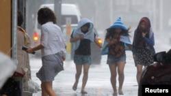 8일 일본 오키나와섬 나하 지역 쇼핑센터에서 사람들이 태풍 '너구리'로 인한 폭풍우를 피하고 있다.