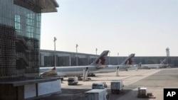 """Máy bay của hãng Qatar Airways đậu tại phi trường quốc tế Hamad ở Doha, Qatar, ngày 16/6/2017. Máy bay của Qatar bị cấm vào một số nước Ả Rập sau vụ """"tẩy chay""""."""