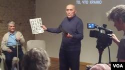 去年秋季在莫斯科古拉格博物馆所举行的一次讨论会上,一名斯大林政治迫害受害者的后人发言回忆过去 (美国之音白桦)