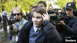 Yekaterina Samutsevich (depan), salah seorang anggota band 'Pussy Riot' menghadiri unjuk rasa oposisi di Moskow (20/10).