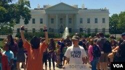 白宮前示威者要美國關閉關塔納摩灣監獄。
