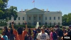 Demonstranti ispred Bele kuće prilikom jednog od ranijih okupljanja na kojima je traženo zatvaranje pritvornog centra u Zalivu Gvantanamo