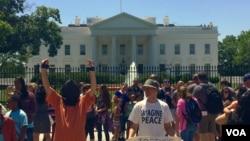 5月25日,一批抗議人士在白宮前示威要求關閉關塔納摩灣