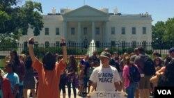 Jedan od protesta ispred Bele kuće, čliji učesnici zahtevaju zatvarenje pritvornog centra Gvantanamo