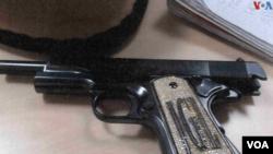 Una de las armas con incrustraciones de oro y piedras preciosas usadas por Joaquín 'El Chapo' Guzmán.