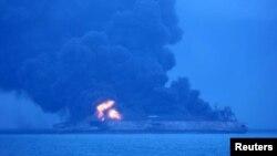 Tàu chở dầu Sanchi của Iran bốc cháy dữ dội.