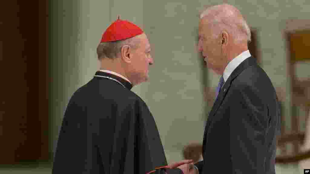 Le cardinal Gianfranco Ravasi, serre la main avec le vice-président américain Joe Biden lors du congrès, 29 avril 2016.