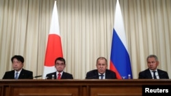 오노데라 이쓰노리 일본 방위상(왼쪽부터)과 고노 다로 일본외상이 31일 모스크바에서 세르게이 라브로프 러시아 외무장관과 세르게이 쇼이구 국방장관과 함께 공동 기자회견을 열고 있다.