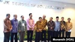 Jusuf Kalla (nomor 5 dari kiri) berfoto bersama para pimpinan Universitas Muhammadiyah Yogyakarta dan Gubernur Sultan Hamengkubuwono ke-10, usai meresmikan Sekolah JK School of Government, Sabtu (7/3).