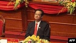 Thủ tướng Việt Nam Nguyễn Tấn Dũng tham dự lễ khai mạc Đại hội Ðảng lần thứ 11 tại Hà Nội, ngày 12/1/2011. Ông Dũng dường như đã vượt qua những thách thức đối với vai trò lãnh đạo của ông và có phần chắc sẽ được tiếp tục giữ chức thủ tướng