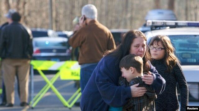 Un enfant consolé près de l'école primaire de Newtown