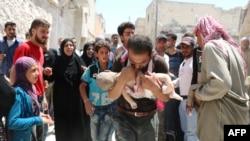 یک مردم سوری جسد کودکش را پس از آنکه از زیر آوار ساختمان های ویران شده در حملات هوایی بیرون کشده شد حمل می کند - ۳ مرداد ۱۳۹۵